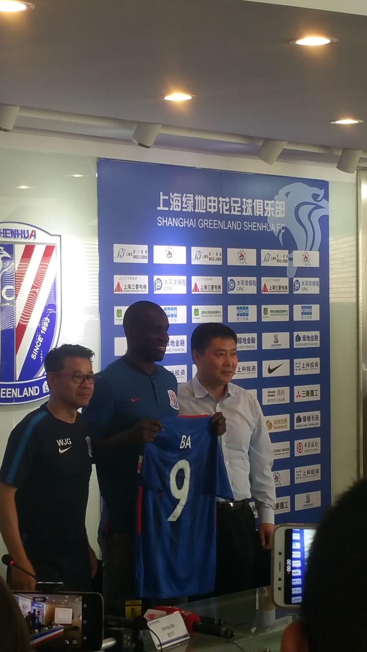 Demba Ba junto a su entrenador y el presidente del Shanghai Greenland Shenhua